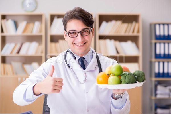 Cientista estudar nutrição comida homem Foto stock © Elnur