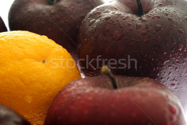 Kitűnik a tömegből tömeg narancs almák sekély mélységélesség Stock fotó © elvinstar