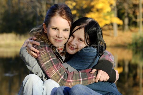 Hermanas amigos dos cute caucásico abrazo Foto stock © elvinstar