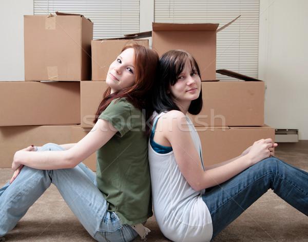 Irmãs em movimento dois mulher casa Foto stock © elvinstar