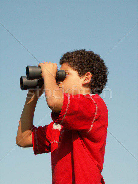 Nino mirando binoculares mirar ver espía Foto stock © elvinstar