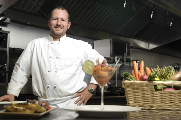 Sonriendo chef hortalizas camarón atractivo caucásico Foto stock © elvinstar