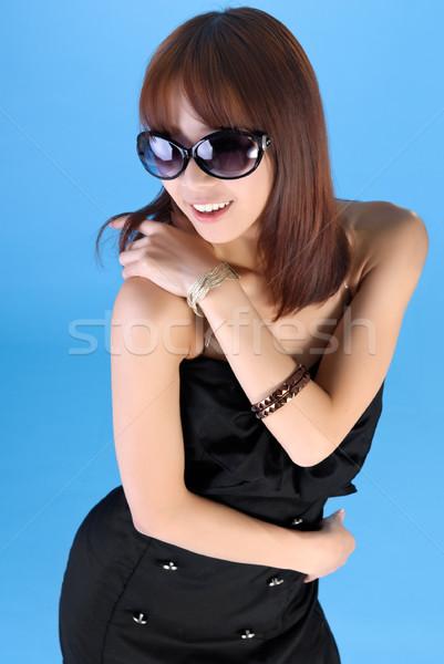 Foto stock: Moderna · mujer · Asia · gafas · de · sol · azul · sonrisa