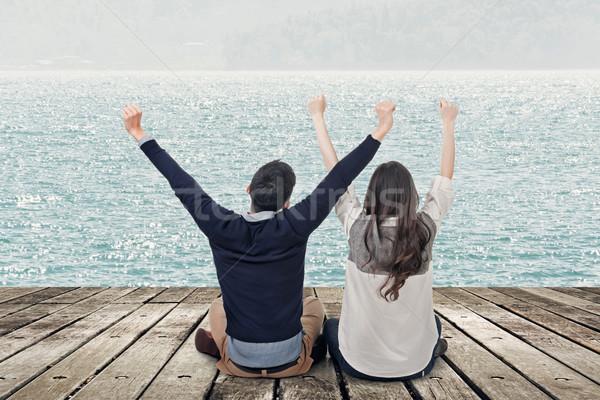 Izgalmas szabadság ázsiai pár ül fából készült Stock fotó © elwynn