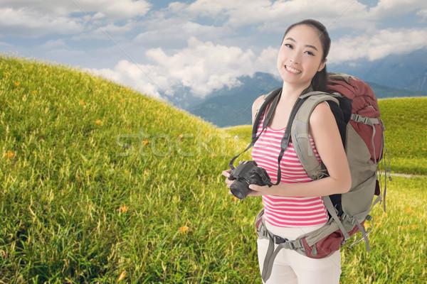 Backpacker kamery szczęśliwy uśmiechnięty asian młodych Zdjęcia stock © elwynn