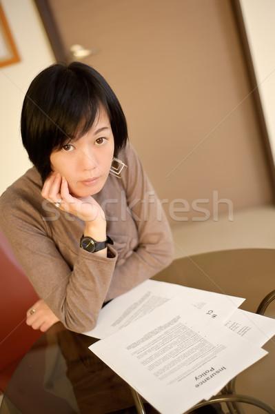 Ubezpieczenia polityka asian kobieta czytania papieru Zdjęcia stock © elwynn