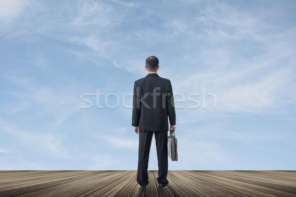 Trabalho duro asiático homem de negócios suporte veja céu Foto stock © elwynn