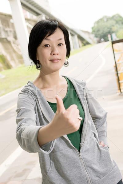 Excelente gesto esportes mulher madura dar assinar Foto stock © elwynn