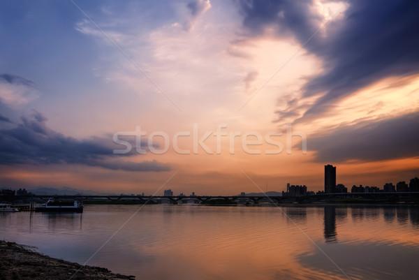 Spokojny Cityscape wygaśnięcia dramatyczny chmury kolor Zdjęcia stock © elwynn