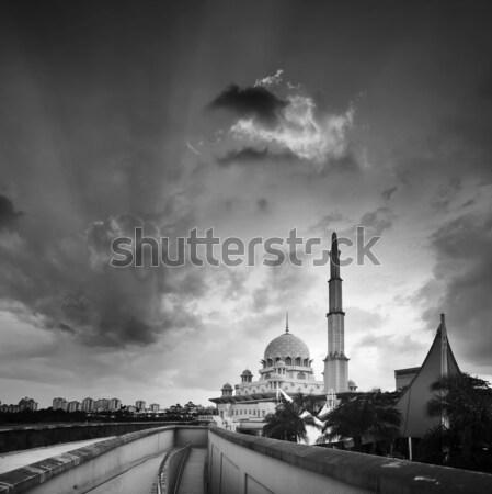 Mezquita dramático cielo puesta de sol blanco negro agua Foto stock © elwynn