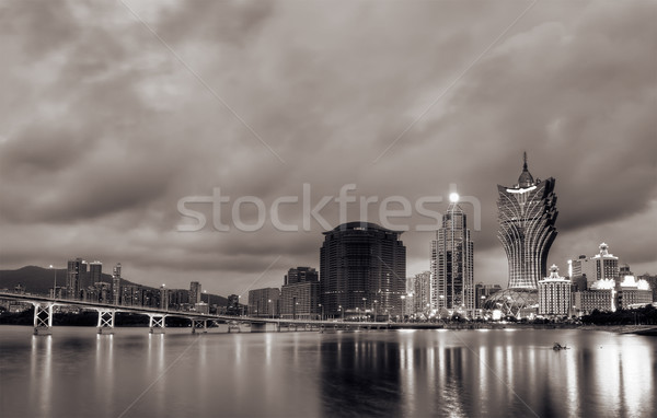 Cityscape gratte-ciel pont réflexion eau nuit Photo stock © elwynn