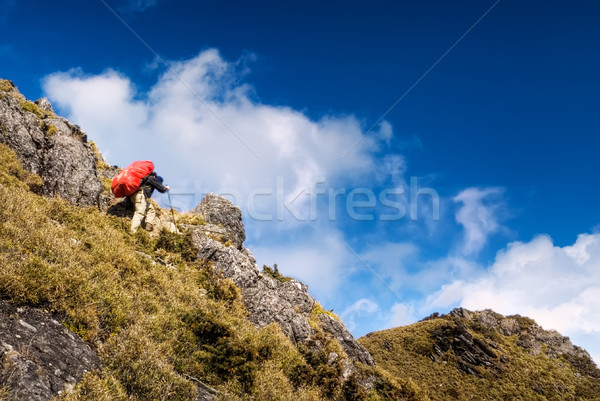 Dağcılık adam geri ağır kırmızı sırt çantası Stok fotoğraf © elwynn
