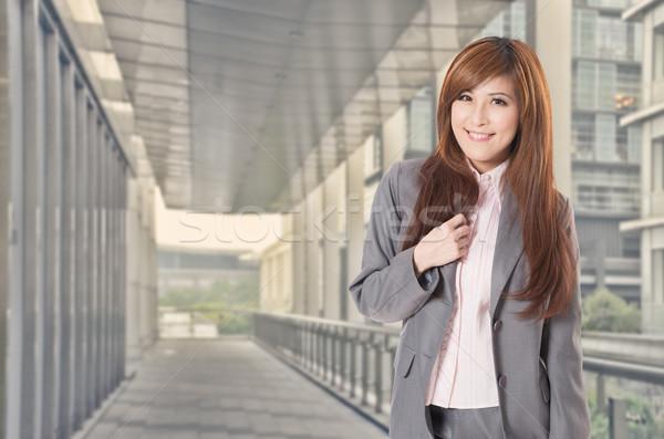 Sorrir asiático mulher de negócios sorridente suporte edifícios de escritórios Foto stock © elwynn