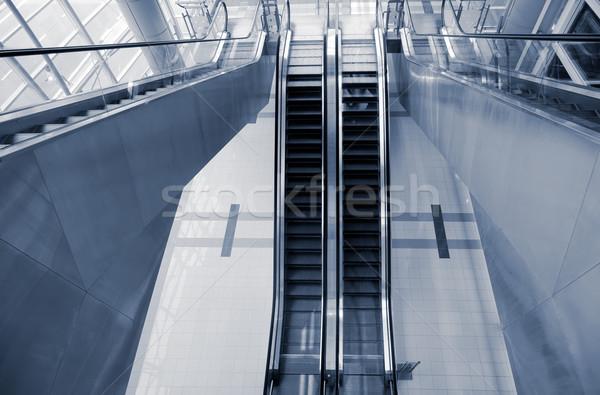 Roltrap binnenkant moderne stad gebouw openbare Stockfoto © elwynn