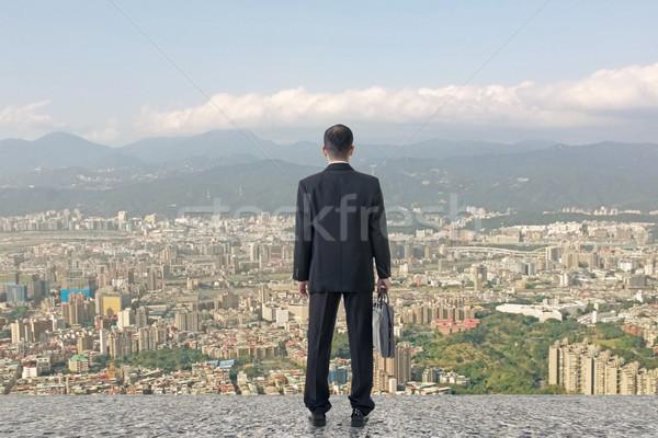 Trabalho duro asiático homem de negócios suporte veja cidade Foto stock © elwynn