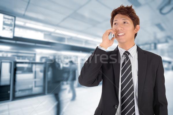 Hombre de negocios teléfono celular espera estación hombre tecnología Foto stock © elwynn