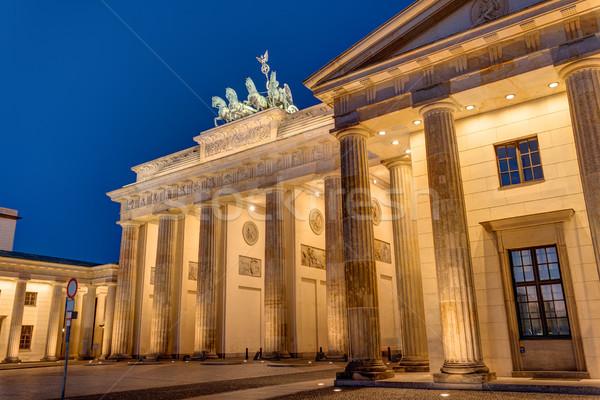 Ver Berlim noite edifício atravessar metal Foto stock © elxeneize