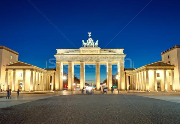 Megvilágított Brandenburgi kapu hajnal híres Berlin égbolt Stock fotó © elxeneize