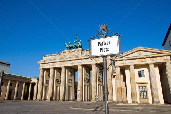 Brandenburgi kapu jelzőtábla Berlin épület nap absztrakt Stock fotó © elxeneize