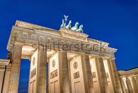Berlim famoso ponto de referência atravessar metal noite Foto stock © elxeneize