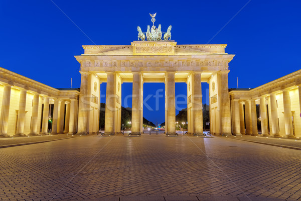 Brandenburgi kapu éjszaka híres Berlin épület kereszt Stock fotó © elxeneize