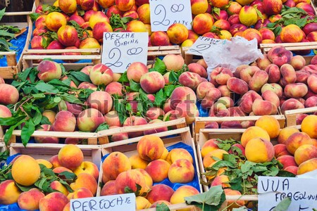 Diferente duraznos venta mercado frutas rojo Foto stock © elxeneize