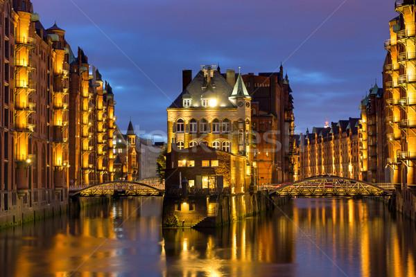 Edad hamburgo hermosa iluminado noche casa Foto stock © elxeneize