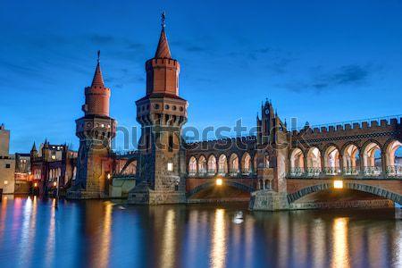Hajnal Berlin Németország épület naplemente híd Stock fotó © elxeneize