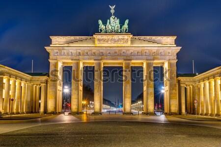 Portão de Brandemburgo noite famoso Berlim edifício Foto stock © elxeneize