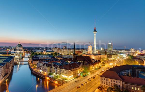 Berlin sziluett éjszaka híres televízió torony Stock fotó © elxeneize
