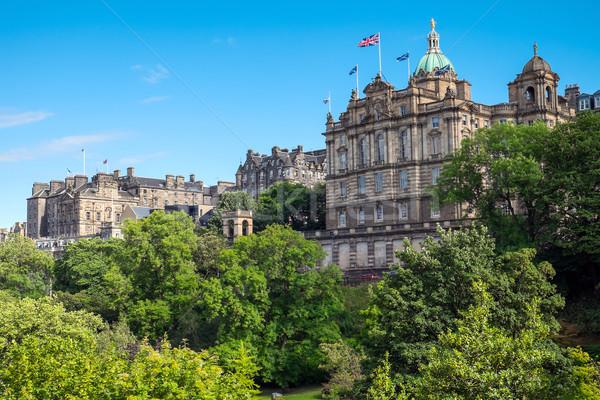 Történelmi épületek Edinburgh zöld park Skócia Stock fotó © elxeneize