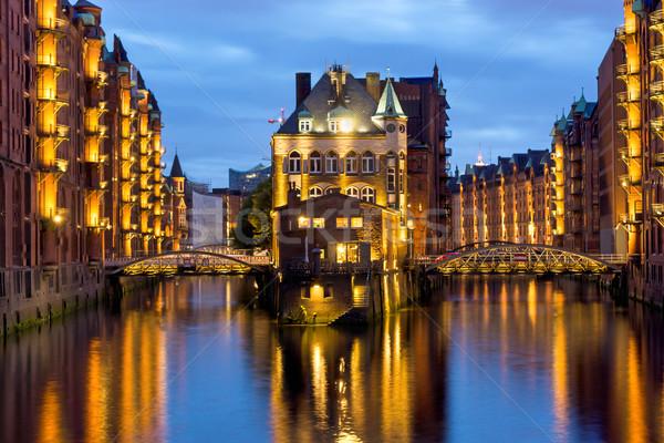 Hamburg oude verlicht nacht huis stad Stockfoto © elxeneize