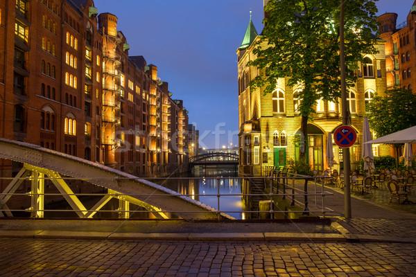 Hamburg éjszaka ház város építkezés híd Stock fotó © elxeneize
