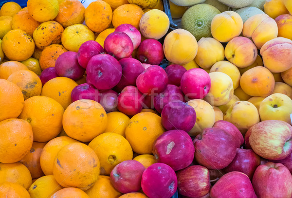 Narancsok almák őszibarackok vásár piac gyümölcs Stock fotó © elxeneize