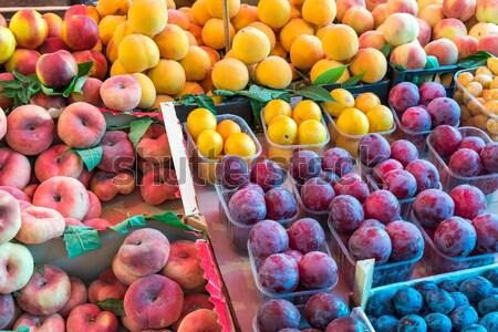 Pêssegos venda diferente mercado fruto Foto stock © elxeneize