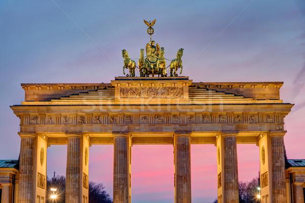 Brandenburgi kapu naplemente híres Berlin épület város Stock fotó © elxeneize