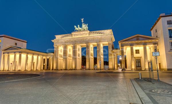 Famoso Portão de Brandemburgo Berlim noite edifício atravessar Foto stock © elxeneize