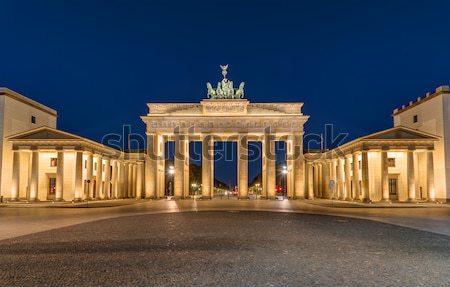 Berlim noite famoso ponto de referência edifício atravessar Foto stock © elxeneize
