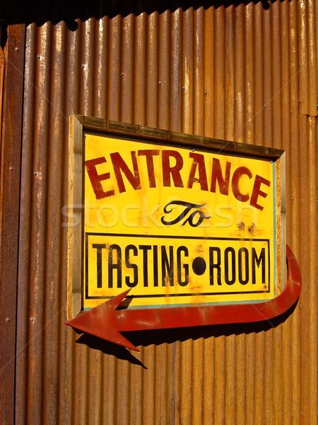 Foto stock: Degustação · de · vinhos · assinar · vermelho · amarelo · entrada · enferrujado