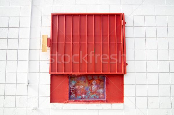 Rojo obturador blanco pared urbanas Foto stock © emattil