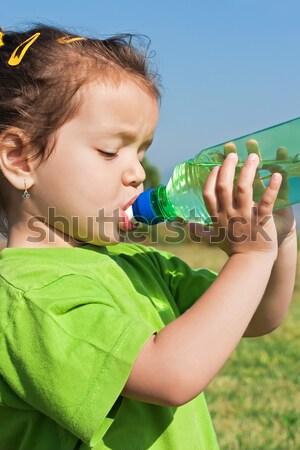 Petite fille eau potable potable eau douce eau main Photo stock © emese73
