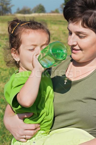 девочку питьевой стороны питьевая вода матери Сток-фото © emese73