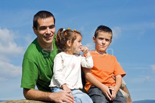 Famille heureuse séance pierre père heureux enfants Photo stock © emese73