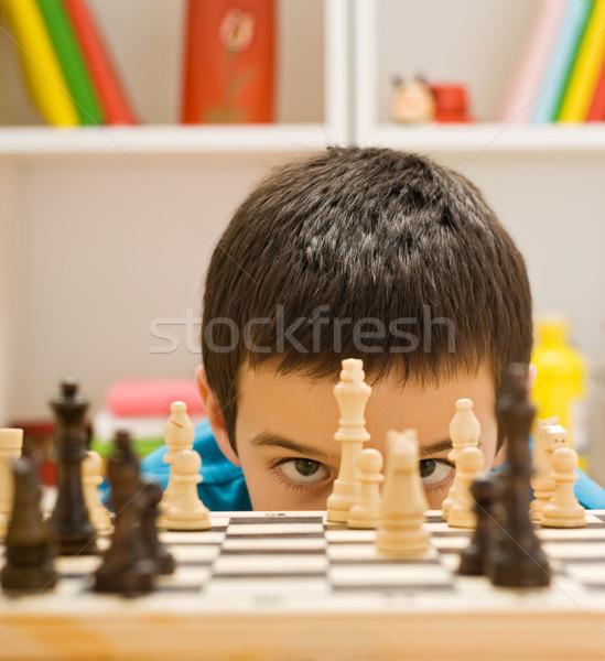 Garçon jouer échecs regarder pièce maison Photo stock © emese73