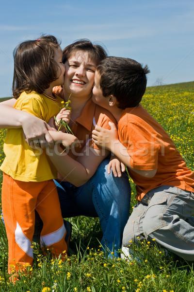 Famille heureuse herbe mère enfants extérieur Photo stock © emese73