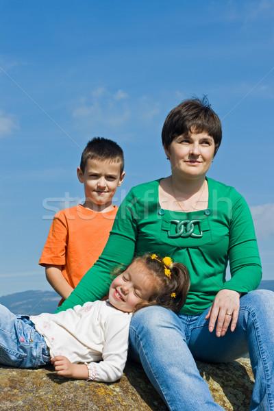 Famille heureuse séance pierre belle femme heureux enfants Photo stock © emese73