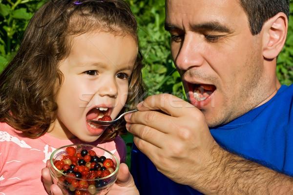 Petite fille manger fruits père fraîches heureux Photo stock © emese73