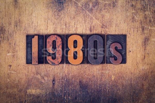 1980 legno tipo parola scritto Foto d'archivio © enterlinedesign