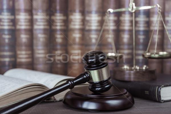аллегория правосудия древесины молоток Весы открытых Сток-фото © Epitavi