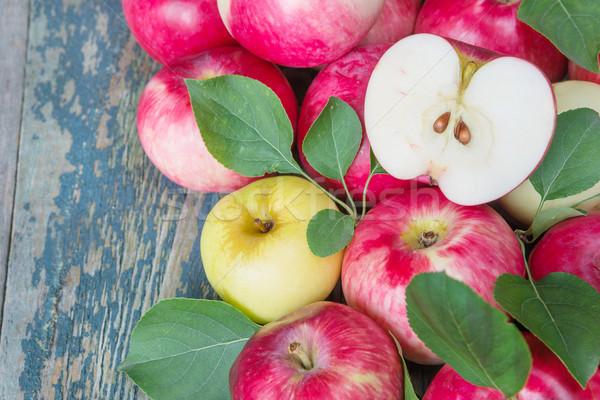 赤 リンゴ 木製 多くの 緑の葉 古い ストックフォト © Epitavi